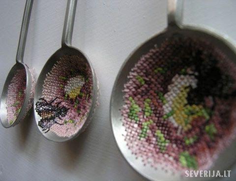 Severija  es una artista lituana que trabaja con punto de cruz. Pero ella no borda sobre tela o papel, si no que trabaja sobre metal....