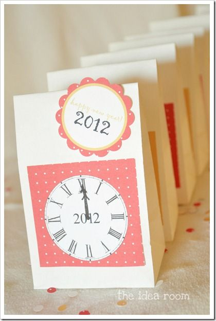 New Year's Eve Countdown Bags {Paper Craft Ideas}     If you're celebrating New Year's Eve with a low key party for the family, you will want to make this paper craft idea. Just fill these bags with fun activities to play every hour, for an evening of non-stop entertainment the family and kids can to do together.