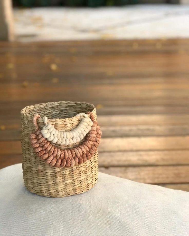 Hacemos un nudo de macrame que luego podemos utilizar en diferentes trabajos. Macrame Bracelet Diy, Macrame Bag, Macrame Knots, Diy Knitting Needle Case, Diy Knitting Needles, Diy Knitting Projects, Diy Crafts For Home Decor, Micro Macramé, Macrame Design