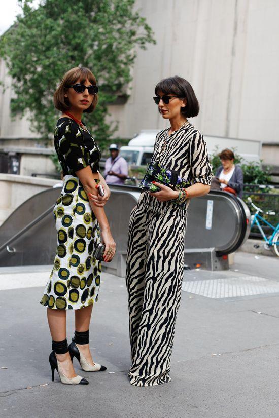 bonito seria trombar com duas mulheres assim casualmente na rua.
