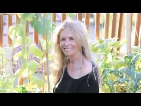 75-летняя сыроедка Мими Кирк | Сыроедение и возраст - YouTube