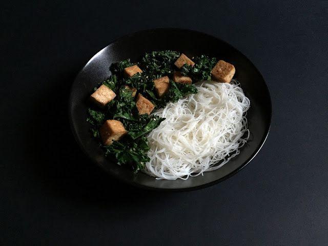 Sesame Kale and Tofu with Lemon Rice Noodles // Cavolo riccio e tofu al sesamo con vermicelli di riso al limone