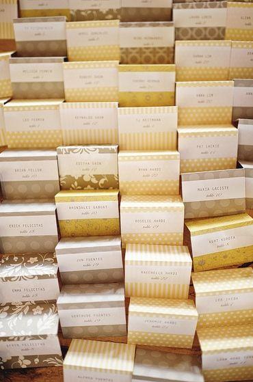 グレーとイエローで優しい雰囲気に♪ <グレー・スタイリッシュな結婚式エスコートカード・席札まとめ一覧>