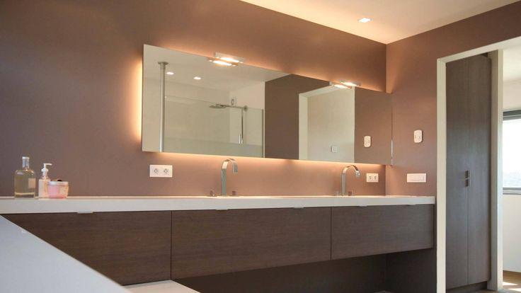 Badkamermeubel op maat half zwevend half op het bad for Badkamer spiegelkast verlichting