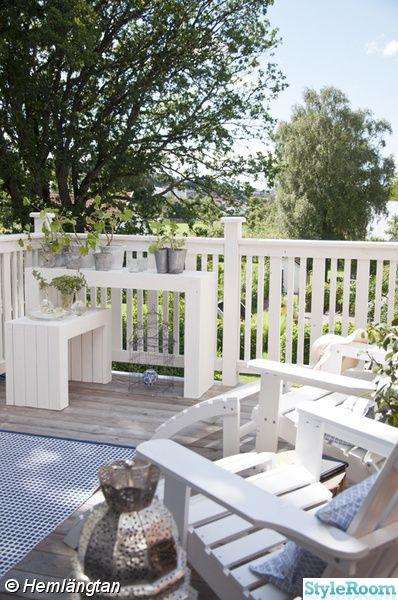 Utanför vårt sovrum under ekarnas underbara bladverk har vi vår balkong. . . . . .
