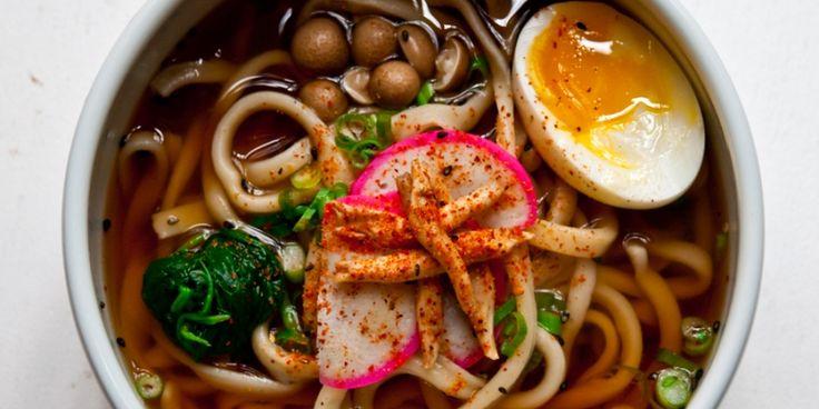 Overal zie je ze: dampende kommen noedelsoep met miso, groenten, halve eieren, kip of krokant varkensbuik. Ramen is hot!
