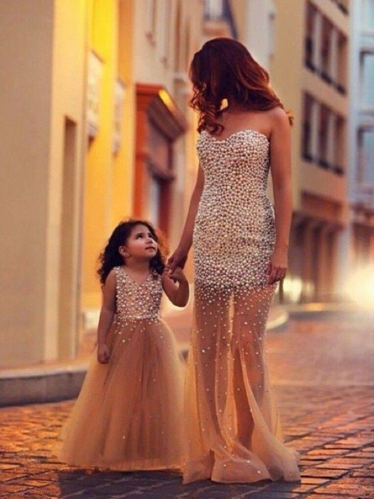 idée de tenue accordée - mère et fillette vêtues de robes de bal perlées en tulle