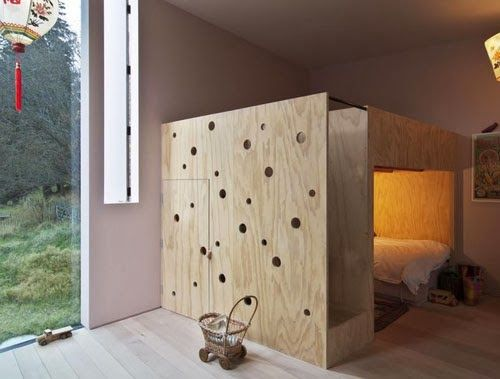 Very interest bed and storage played solution for a small kids room