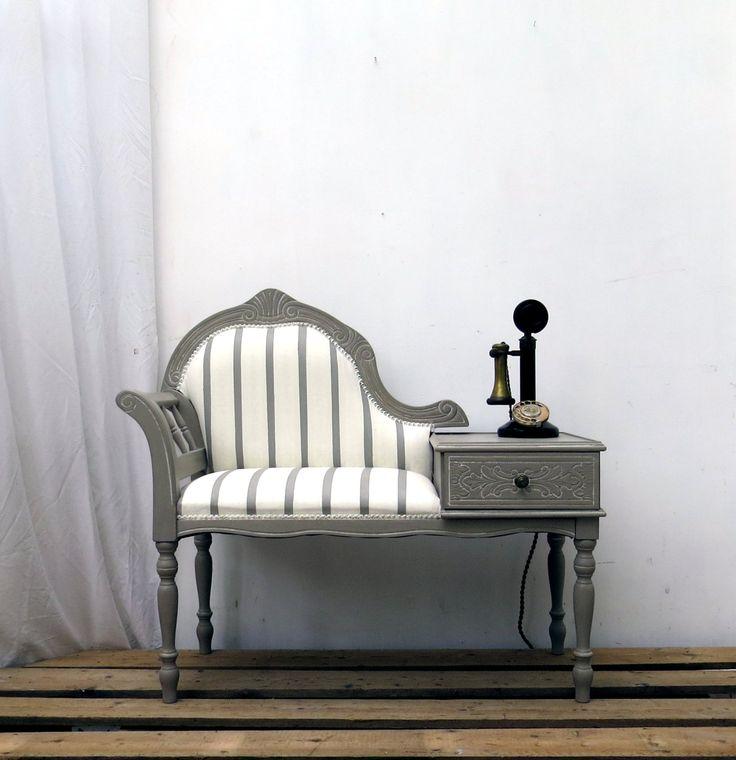 Teléfono Vintage asiento reducido  década de 1970 hizo teléfono/entrada de madera ornamentada asiento que ha sido suave y reacabado en pintura de tiza francesa lino encerado. Una capa blanca, que se deja entrever en las zonas talladas, compensa la tapicería y resalta las curvas amplias. Volutas, patas torneadas y detalles tallados al cajón hacen de este una pieza muy atractiva. La tapicería de brocado rayas también está acabada en pintura de tiza de Annie Sloan que permite para conservar su…