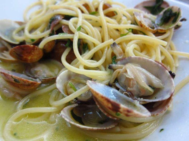 Un primo piatto assolutamente straordinario dove la pasta si sposa alla perfezione con le vongole e la rucola che le donano sapore e profumo.
