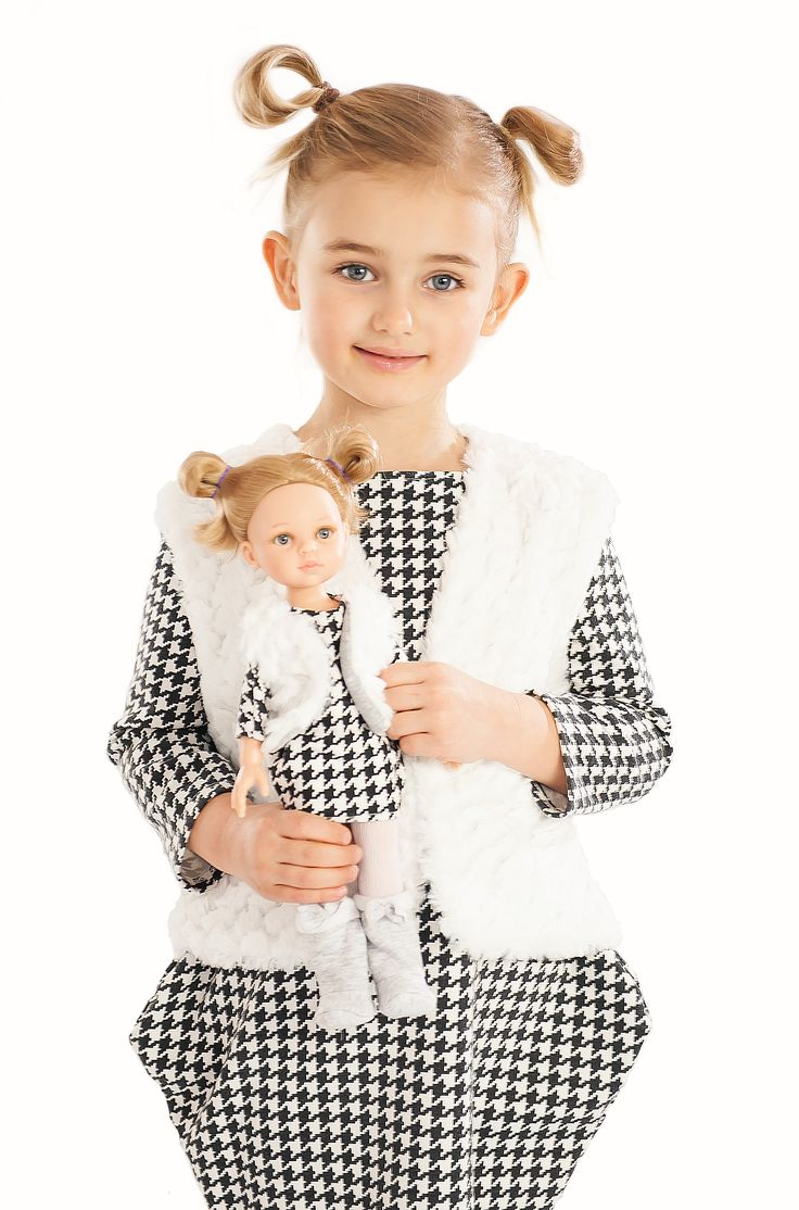 La Lalla snow winter reversible vest for girl and doll. Perfect winter outfit. Doll accessories that you will love. Fluffy white side and grey sports side. #doll #fashion #kids #snowflake #snow #winter