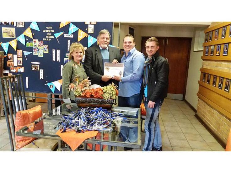 Toys for Africa oorhandig skryfbehoeftes aan laerskole | Boksburg Advertiser