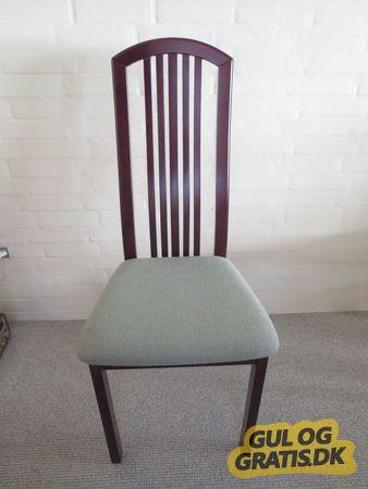 Spisestuestole sælges., 5 mørkbejdsede spisestuestole med høj ryglæn og med grøn olivenstof sælges, 40 kr. pr. stk. Mål: 110 cm høj, 45 cm bred, 45 cm dyb.