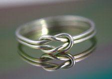 Sterling Silber nautische Knoten oder unendlich Knot Ring. Ein wirklich tolles Basic für Ihre Garderobe.  Besuchen Sie unseren Shop für weitere Einzelstücke