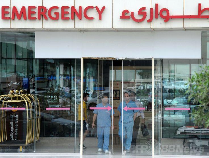 サウジアラビア・リヤド(Riyadh)の病院の救急病棟を出る医療関係者ら(2014年4月27日撮影、資料写真)。(c)AFP/FAYEZ NURELDINE ▼29Apr2014AFP 中東呼吸器症候群ウイルスのヒト天然抗体を特定、米研究 http://www.afpbb.com/articles/-/3013808 #Riyadh