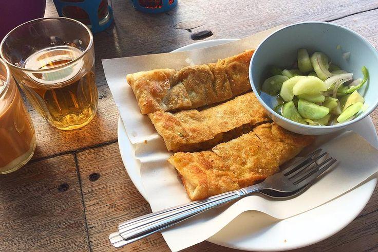 ムスリムが多く住むエリアでの朝ごはん Rotti Mataba. 平たくしたサモサみたい これにケチャップをたっぷりつけるのがタイ式 もはやタイ料理ではないかな . . #thailand #chiangmai #thaifood #food #foodie #breakfast #scenery #life #eatlocal #trip #タイ #チェンマイ #暮らし #チェンマイ暮らし #風景 #旅 #タイ料理 #朝ごはん #世界の朝ごはん