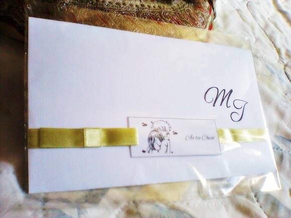 Confeccionado em papel Vergé, com fita de cetim e laço. Modelo: Barroco Todos os convites são embalados em saquinhos plásticos individualmente e com o nome dos convidados impresso em tags.