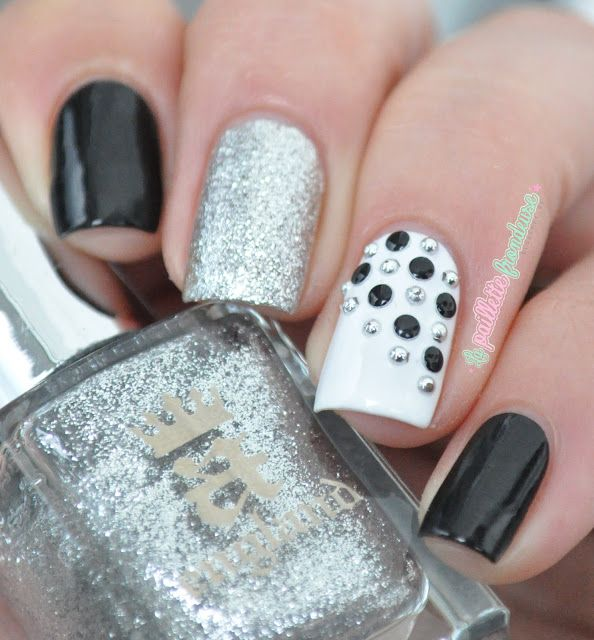 Black and white (and silver ^^) studded nail art - http://lapaillettefrondeuse.blogspot.be/2015/06/black-and-white-and-silver.html