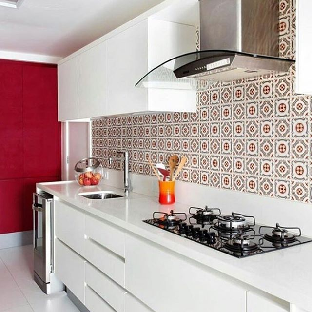 Cozinha alegre e convidativa em tons de branco e vermelho, com destaque para os ladrilhos hidráulicos, um charme só !!! #inspira #ideias #inspire #instahome #inspidecor #instalike #instagood #instafollow #instalike #casa #home #house #dream #archilovers #architecture #arquitetura #arquitecture #decor #decoracao #interiores #decors #estilodevida