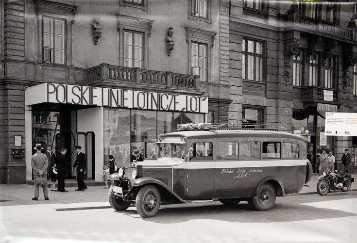 Galeria: Warszawa na zdjęciach Willema van de Polla [GALERIA] (3/18) - Warszawa - WawaLove. Biuro LOT-u w willi Marconiego przy Alejach Jerozolimskich 35 (róg Marszałkowskiej).
