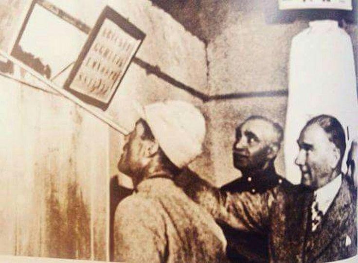 ATATÜRK bir Mehmetçiğe okumayı öğretirken... Kur'anı Kerimin ilk ayeti ikra, yani oku, ATATÜRK bunu çok iyi bildiği için en büyük yatırımı eğitime yapmıştır.    MUSTAFA KEMAL ATATÜRK