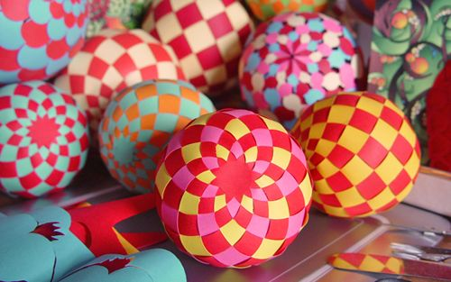 Make woven paper balls, hot air balloons, and more - instructions and templates at papermatrix