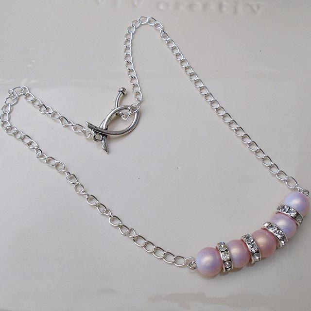 5046 : #halsketting van zacht roze kunststof kralen (10mm)  en ziverkleurige rondellen met strass kraaltjes  7,5€ - #handgemaaktesieraden #sieraden #sieradensetje #setje - #halsketting met zeer weinig gewicht