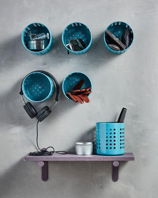 Mehrere blau lackierte IKEA ORDNING Besteckständer aus Edelstahl, zu einer Aufbewahrung zusammengruppiert.