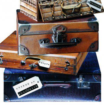 Avec son impression « peau de croco », ses coins en métal et sa poignée piqûre sellier ; cette boîte en carton conserve vos souvenirs de voyage.  Sur Marie Claire Idées .com