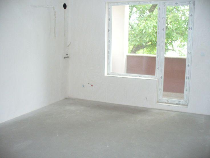 Хубав тристаен апартамент, ново строителство, с акт 16, светли стаи, без преход, завършен на финна шпакловка и циментова замазка, изградени инсталации за СОТ, телефон, отоплителна система газ и бойлер. Домофон с видеонаблюдение. Спокоен район. Собс�