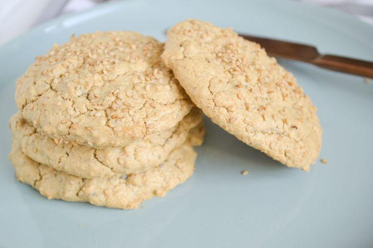 Je maakt deze pita broodjes van havermout en kokosyoghurt, en ze zijn glutenvrij, zuivelvrij en lactosevrij. Lekker bij een kop soep of met chocopasta!