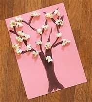 Bloesemboom. Nodig: Rose papier. Bruine verf. Popcorn, Lijm. Kwasten.  Werkwijze: Maak met de bruine verf een boom en diverse takjes op het roze papier. Wanneer de verf droog is, kun je met de lijm de popcorn als bloesem opplakken in de boom.