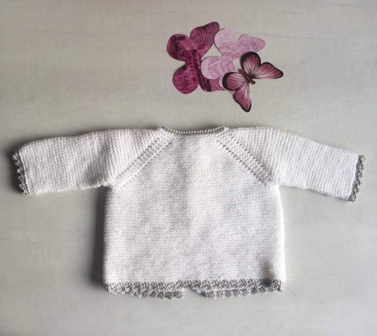 Este jersey de ganchillo para bebé es una labor muy sencilla para las que quieren iniciarse en las lanas finas, solo necesitas 1 ovillo de Peques de Katia.