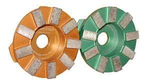 Фрезы шлифовальные. Предназначены для шлифовки бетонного пола. Они могут быть треугольной формы(как абразивные камни, на СО), где шлифование происходит выпирающими сегментами, и круглой формы. Сегментов может быть 3, может быть 5. От количества сегментов, их высоты и размеров зерна в сегментах зависит ресурс. Так же фрезы могут быть круглыми, но сзади к ним все равно будет прикреплен треугольный переходник.