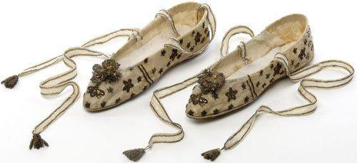 Paire de chaussures portées par l'impératrice Joséphine le jour du sacre, France, 2 décembre 1804    Satin, broderie de clinquant et cannetille or