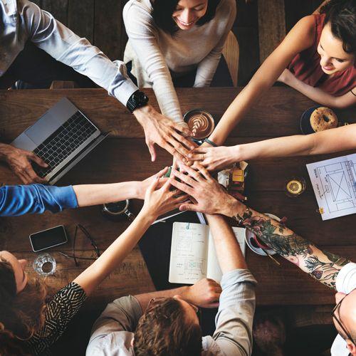 A economia colaborativa está, já há algum tempo, presente no Brasil e no mundo. Formada por empresas que reúnem pessoas que têm um interesse em comum: compartilhar bens e ativos, ela vem ganhando força em 2016 e vê novas vertentes surgirem no horizonte. Uma delas é o compartilhamento de conhecimento.