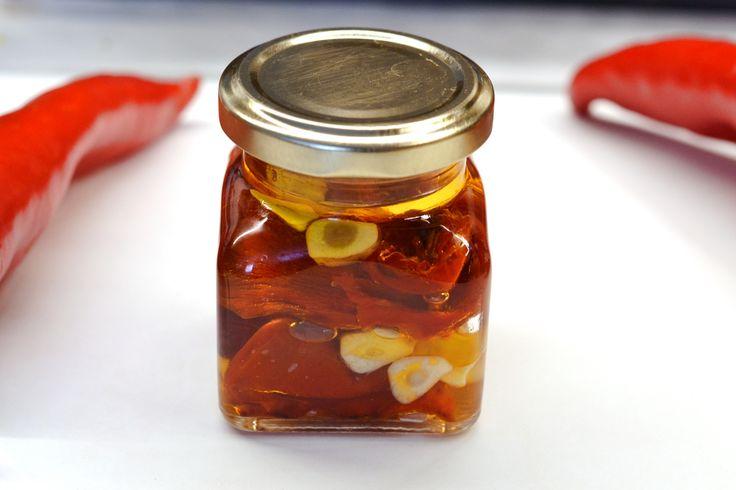 Sült paprika recept olajban: A sült paprika frissen is tökéletes köret, savanyúság helyettesítő lehet. Pirítósra téve, pici sóval, borssal megszórva pedig remek előétellé válhat.