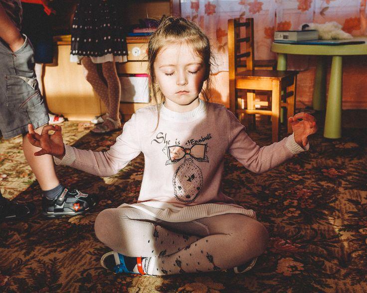 Keep Calm and Carry On. Утренняя медитация. Совершенно не постановочный кадр.  Около 9 утра - мы пришли снимать репортаж про то как дети проводят день в детском саду и застали такую картину -  маленькая девочка  сидела в позе медитирующего йога среди бурлящей толпы других  детей. Луч утреннего света падал прямо на ее совершенно спокойное лицо и казалось что она светится.