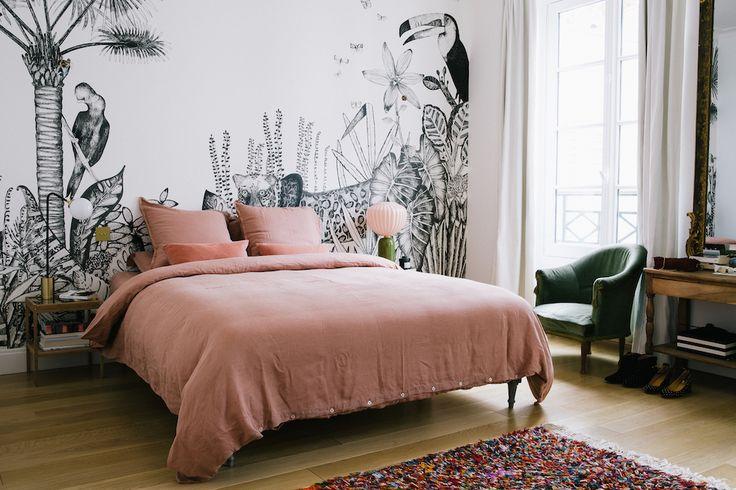 Morgane Sezalory's Paris Apartment - Literie: Sézane . Palm fond d' écran: Bien Fait . Lampe Rose: India Mahdavi . Vert chaise de velours: cru.
