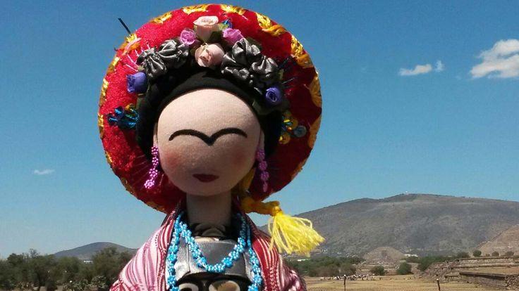 Frida con sombrerito mexicano en Teotihuacán.