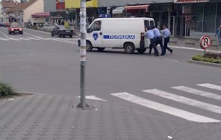 grappige foto's Servische politieagenten duwen de dienstauto