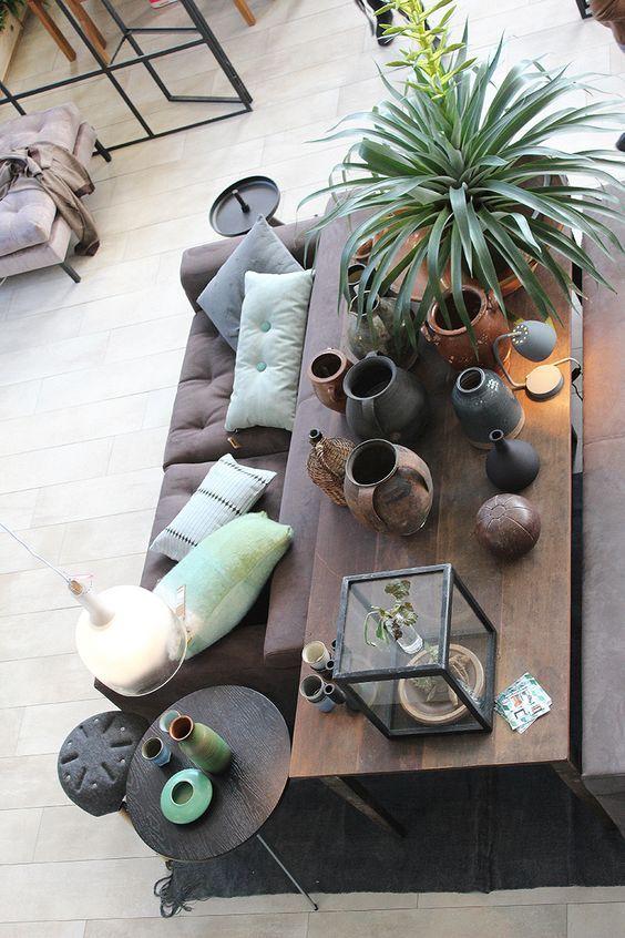 L'idée du jour : une table collée au canapé est toujours une bonne idée quand on a de la place . Plantes , lampe , livres , déco à poser...