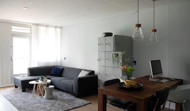 Een ruime woonkamer door verf