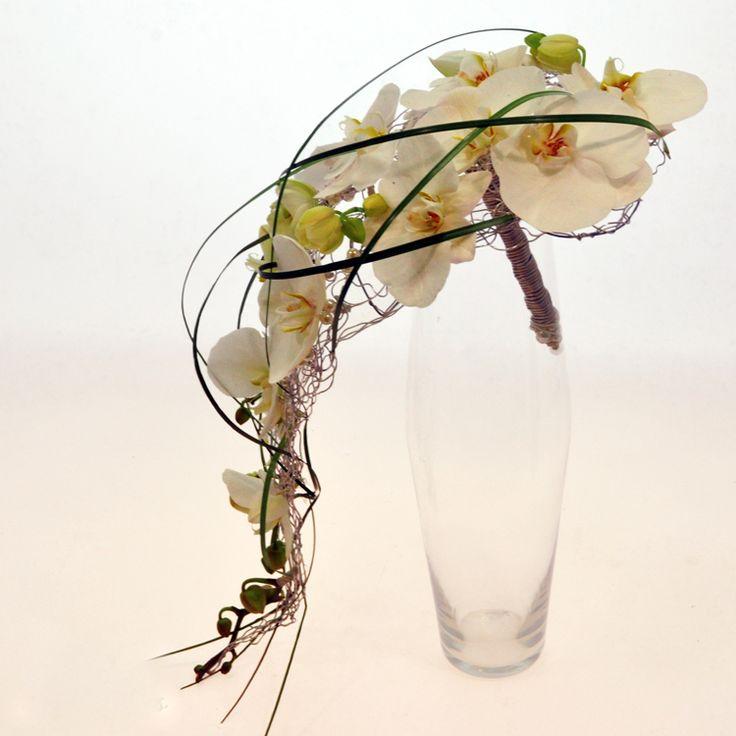 Купить свадебный букет из белой орхидеи на каркасе в Киеве. Букет невесты фото.