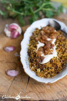 recette libanaise de riz aux lentilles et aux épices. Il peut être servi avec des oignons caramélisés et une sauce au yaourt ou pas, selon votre goût. C'est très facile à faire et délicieux.