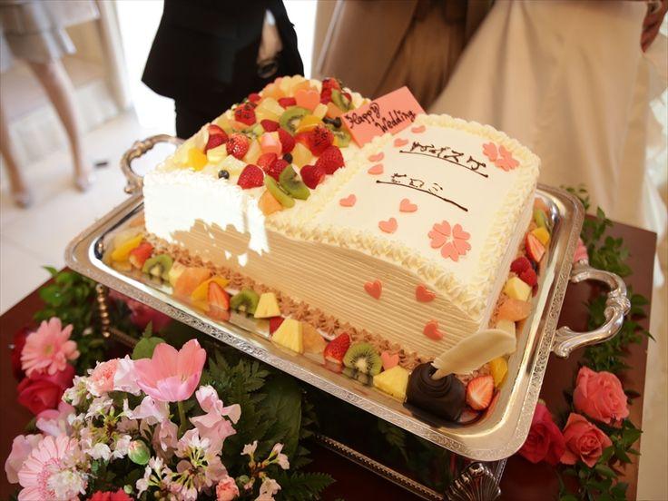 024 桜をイメージしたチョコレートをちりばめた可愛いウエディングケーキです。
