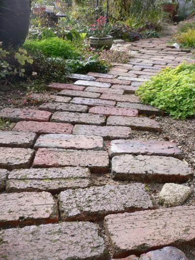 修復したレンガの小道