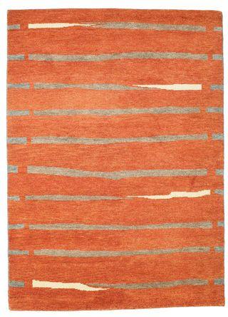 Het Gabbeh Indo tapijt is geknoopt in India. Het tapijt is beroemd om zijn primitieve, licht naïeve patronen die een rustieke charme hebben.