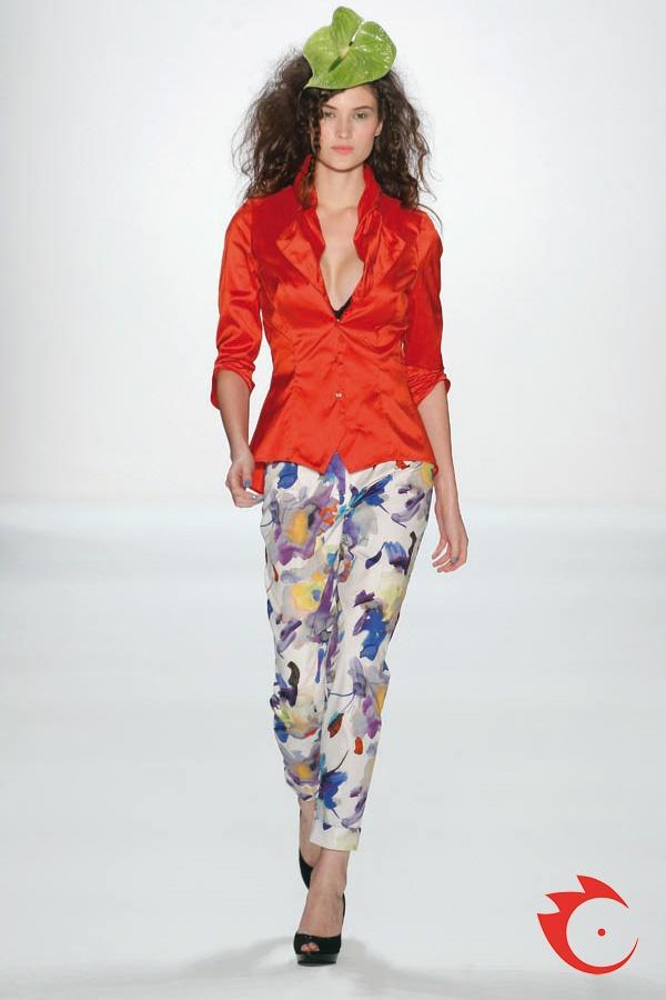Anja Gockel - Gockel-rote soft silk Bluse  mit gerafftem Kragen. Dazu leichte Baumwollhose mit Aquarellprint.