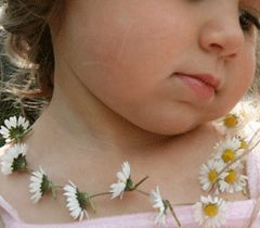 Awww!  Who else remembers making your own necklace out of flowers when you were a child?: